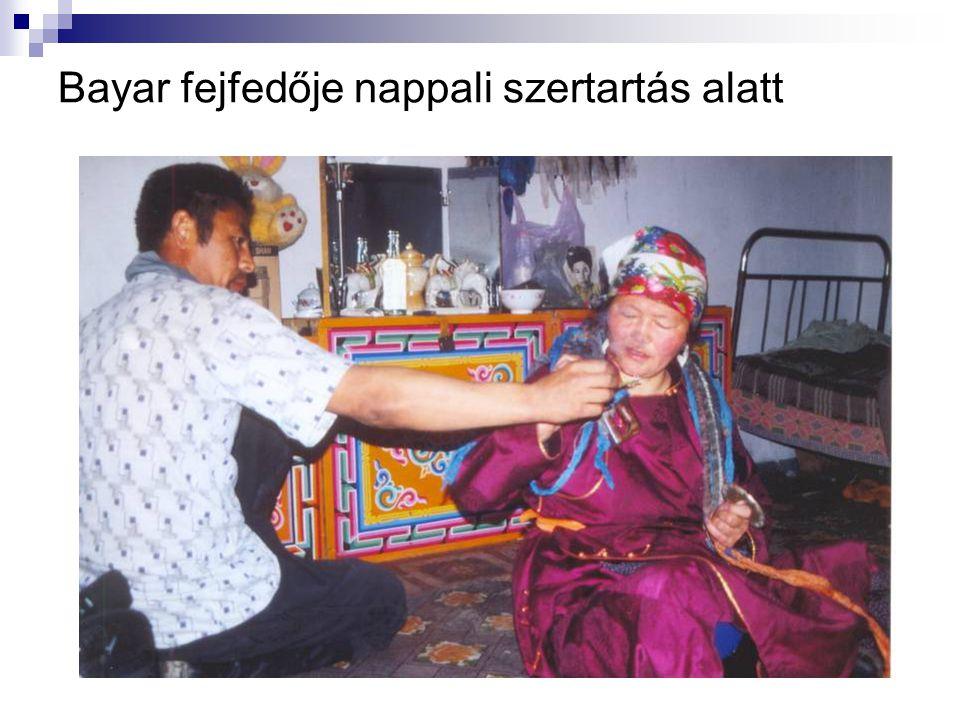 Bayar fejfedője nappali szertartás alatt