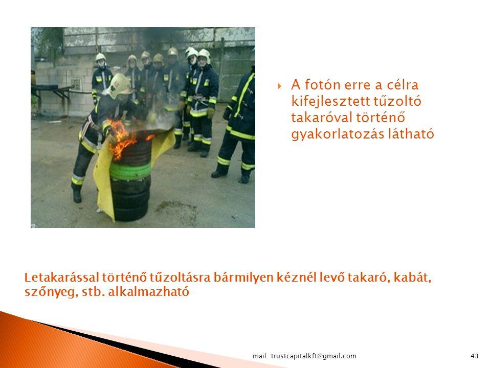 A fotón erre a célra kifejlesztett tűzoltó takaróval történő gyakorlatozás látható