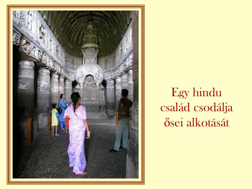 Egy hindu család csodálja ősei alkotását