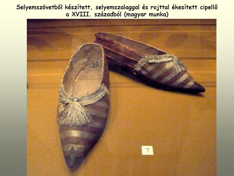 Selyemszövetből készített, selyemszalaggal és rojttal ékesített cipellő a XVIII.