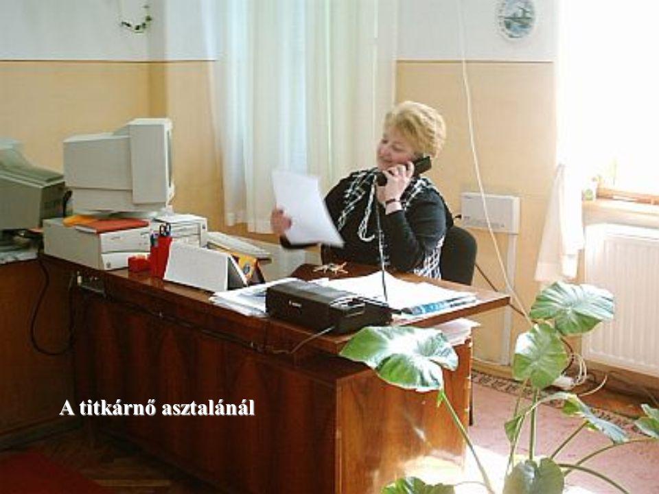 A titkárnő asztalánál