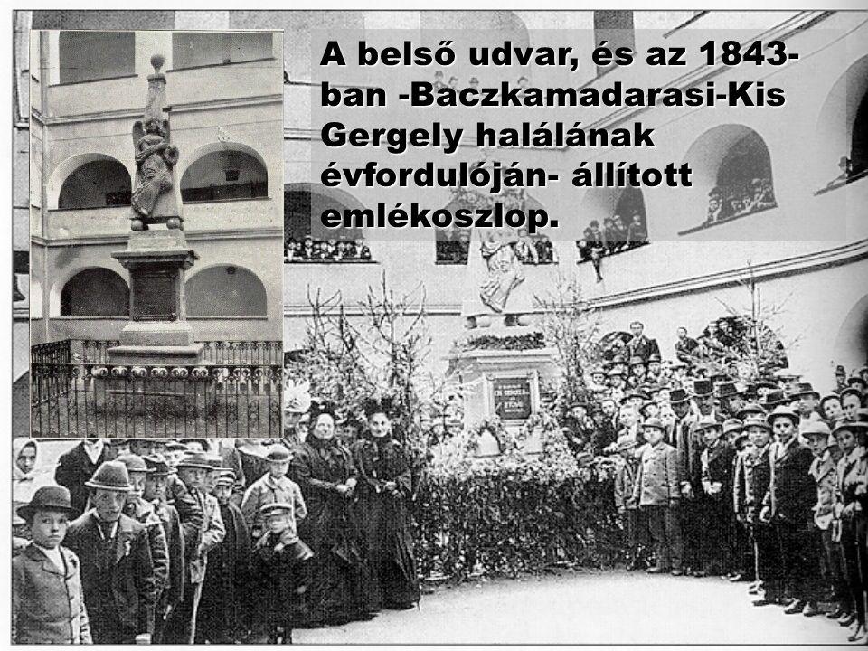 A belső udvar, és az 1843-ban -Baczkamadarasi-Kis Gergely halálának évfordulóján- állított emlékoszlop.