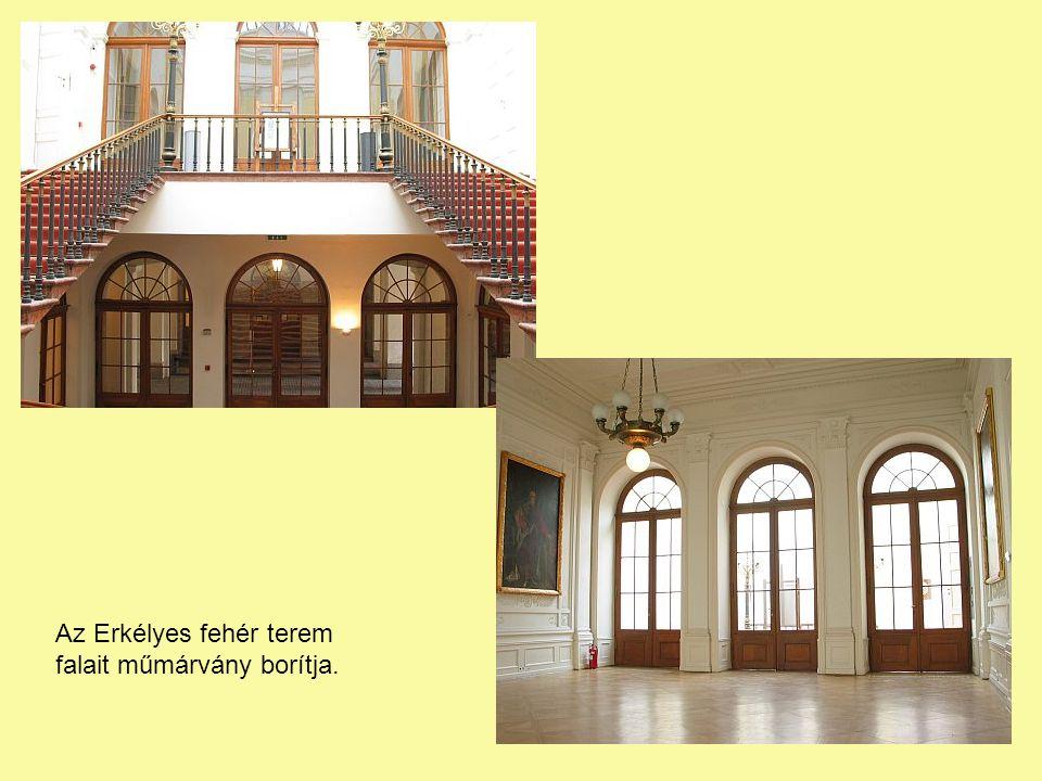 Az Erkélyes fehér terem