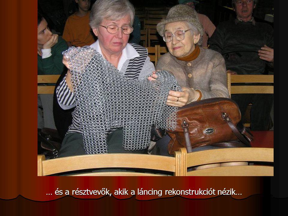 … és a résztvevők, akik a láncing rekonstrukciót nézik…