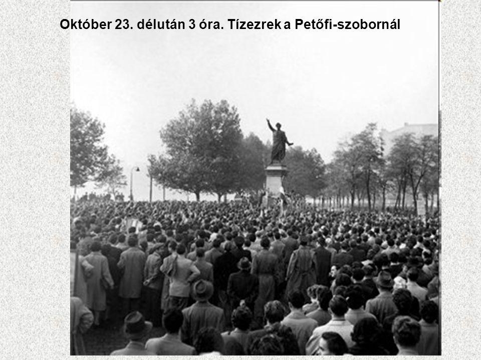 Október 23. délután 3 óra. Tízezrek a Petőfi-szobornál