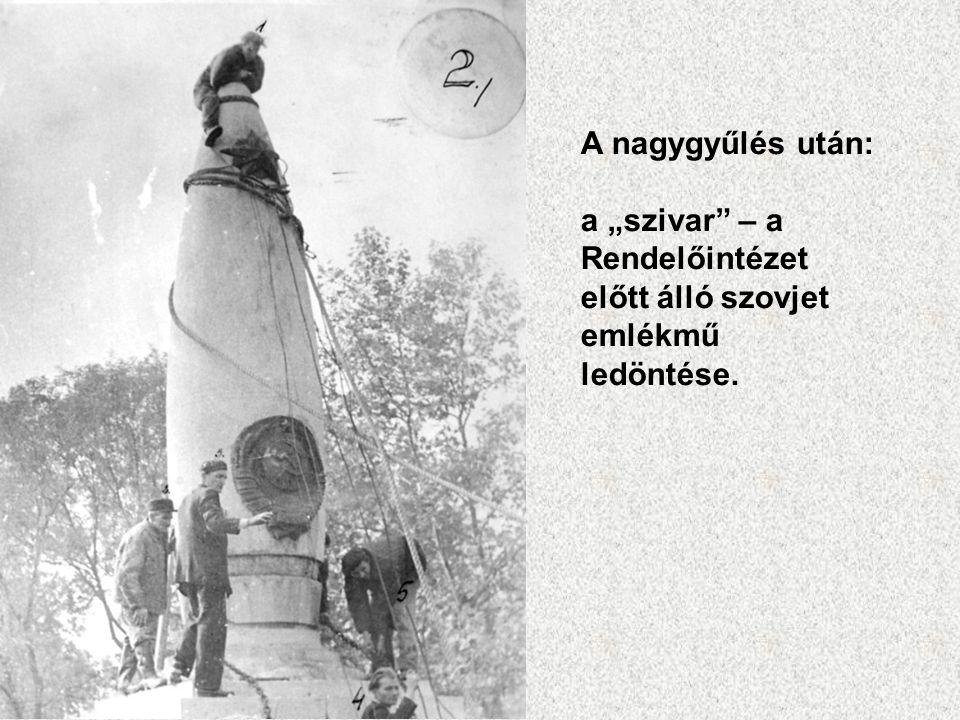 """A nagygyűlés után: a """"szivar – a Rendelőintézet előtt álló szovjet emlékmű ledöntése."""