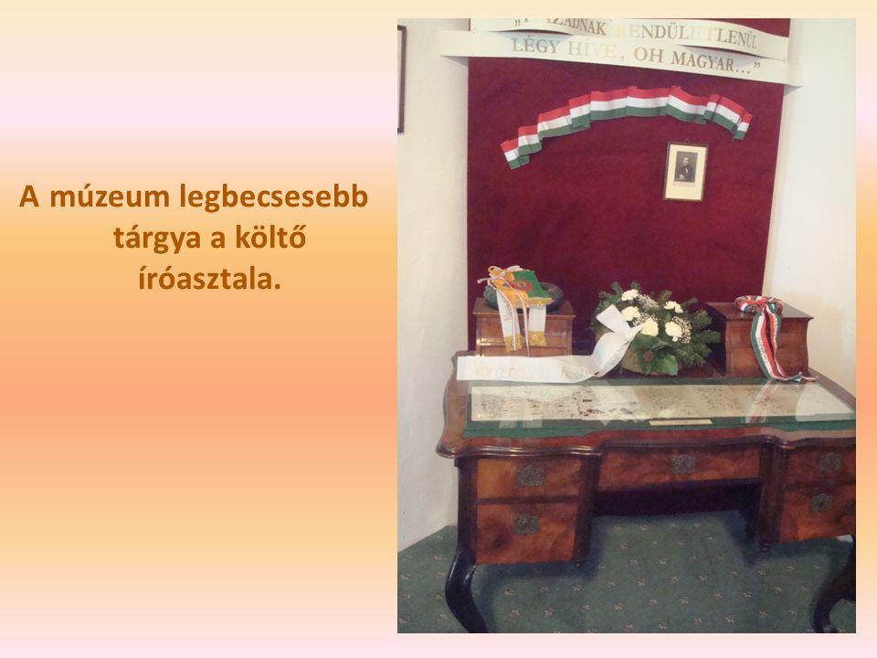 A múzeum legbecsesebb tárgya a költő íróasztala.