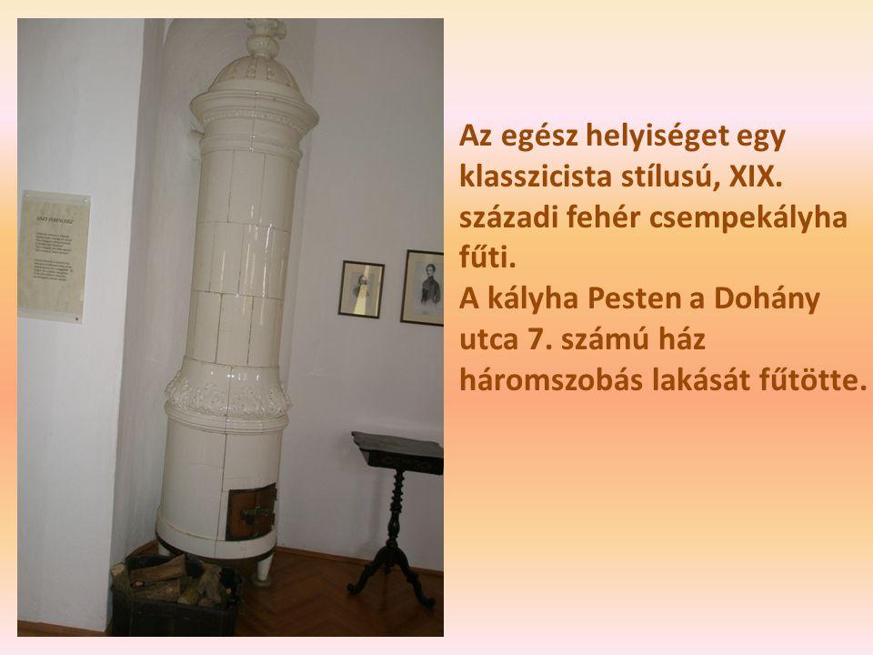 Az egész helyiséget egy klasszicista stílusú, XIX