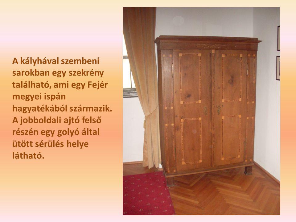 A kályhával szembeni sarokban egy szekrény található, ami egy Fejér megyei ispán hagyatékából származik.