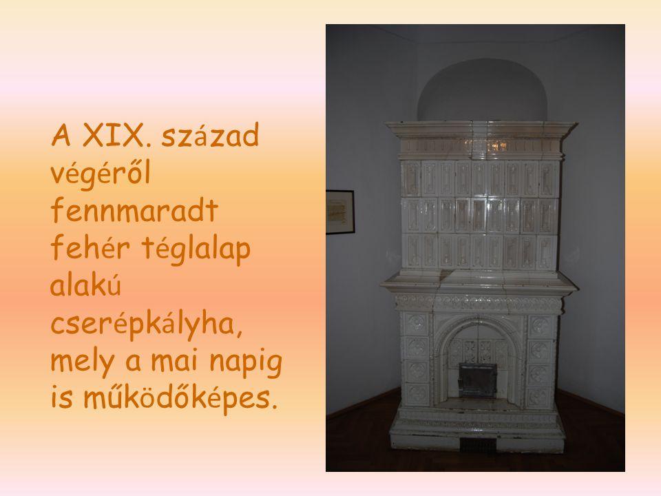 A XIX. század végéről fennmaradt fehér téglalap alakú cserépkályha, mely a mai napig is működőképes.
