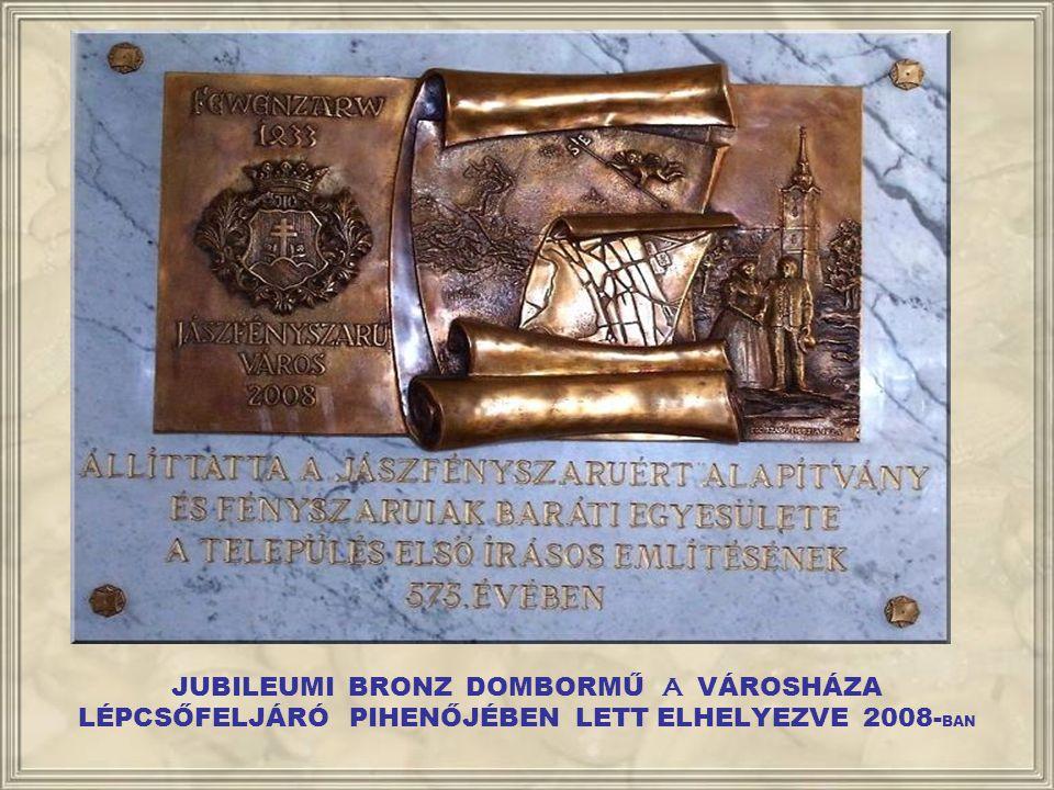 JUBILEUMI BRONZ DOMBORMŰ A VÁROSHÁZA LÉPCSŐFELJÁRÓ PIHENŐJÉBEN LETT ELHELYEZVE 2008-BAN