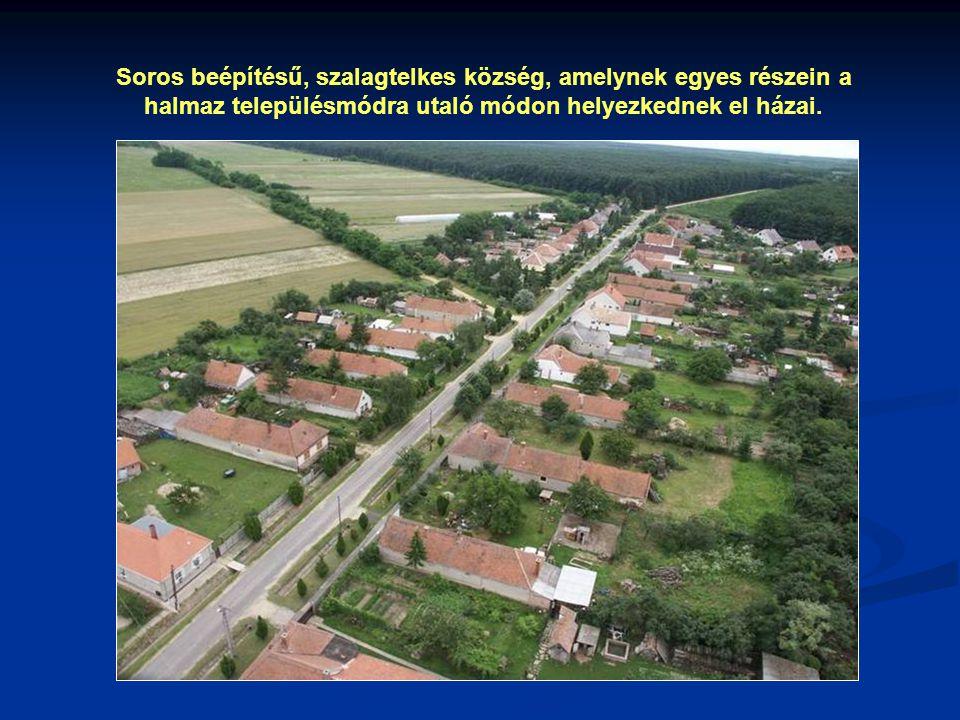 Soros beépítésű, szalagtelkes község, amelynek egyes részein a halmaz településmódra utaló módon helyezkednek el házai.