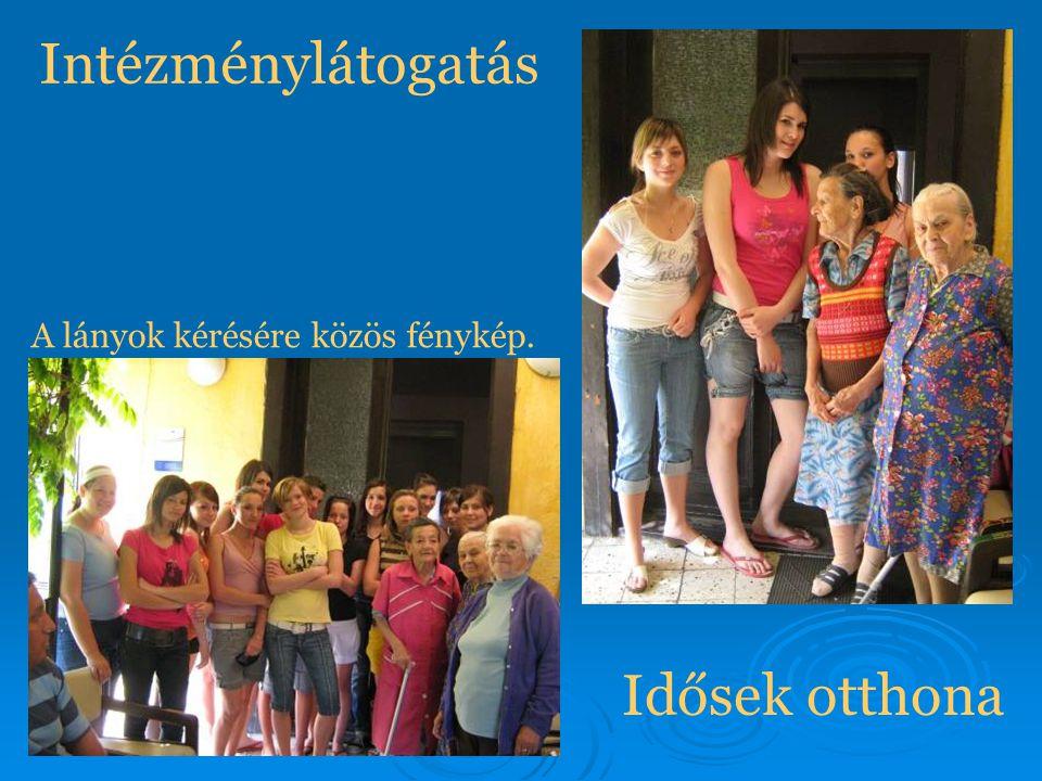 Intézménylátogatás A lányok kérésére közös fénykép. Idősek otthona