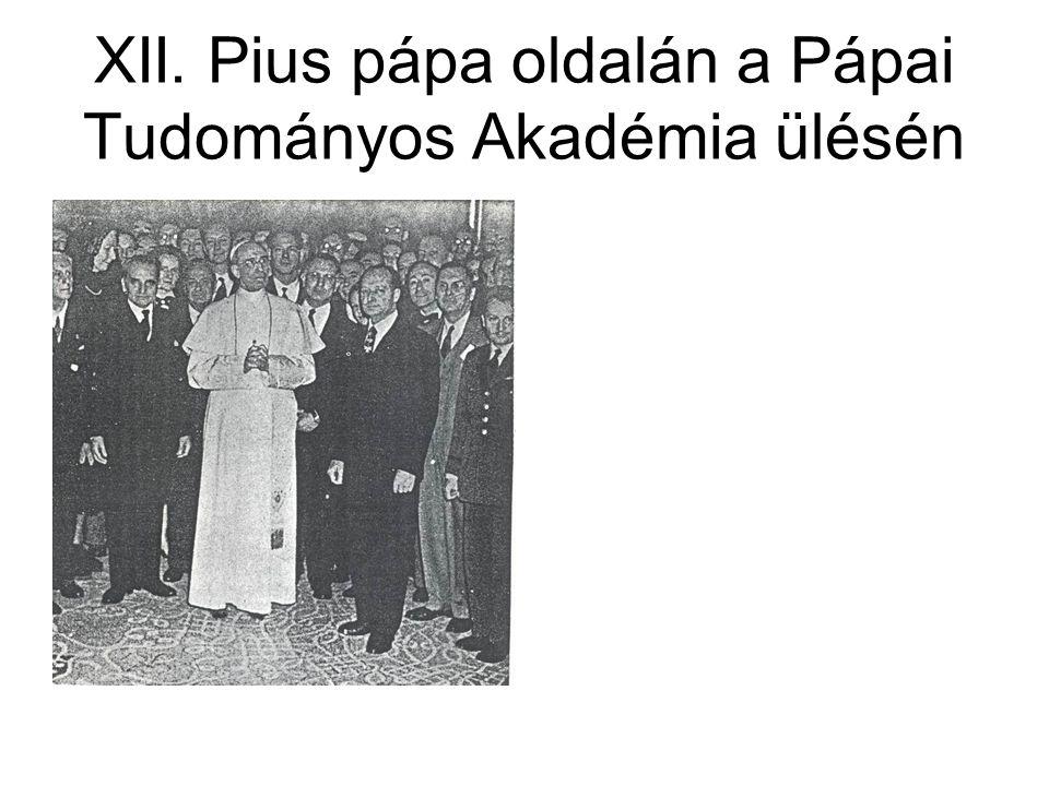 XII. Pius pápa oldalán a Pápai Tudományos Akadémia ülésén