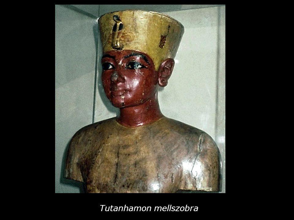 Tutanhamon mellszobra