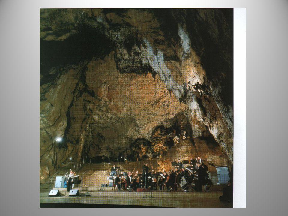 A Baradla-barlang kiváló akusztikájú, kivételes hangversenytermében egyedi élményt jelentő komolyzenei barlangkoncerteket rendeznek.