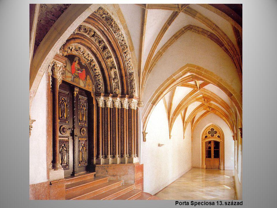 két épületrészt köti össze a templom déli főkapuja, a különleges szépségű Porta speciosa