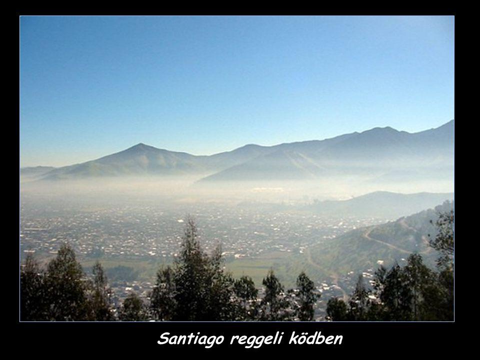 Santiago reggeli ködben