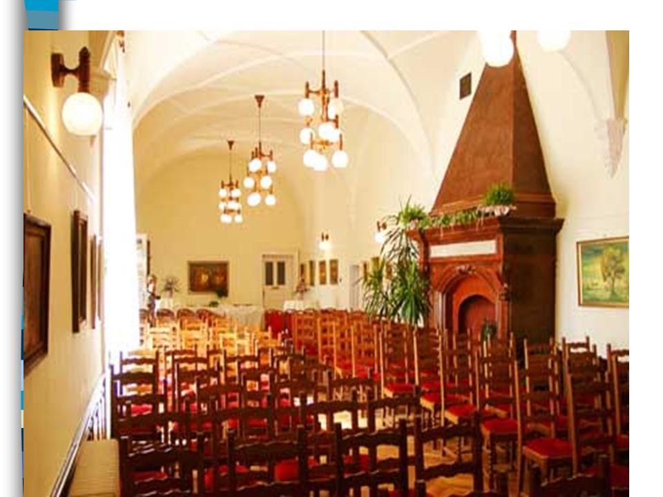A földszinti nagyterem (lovagterem) közepén gótikus-reneszánsz vöröskőkandalló áll, homlokán a felirat Fidelitate et Fortitudine .