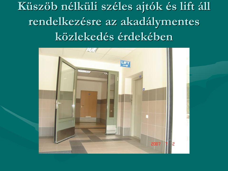 Küszöb nélküli széles ajtók és lift áll rendelkezésre az akadálymentes közlekedés érdekében