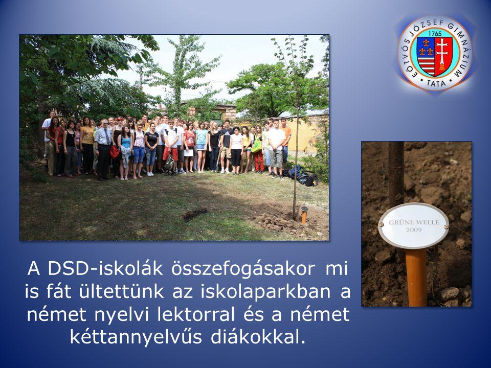 A DSD-iskolák összefogásakor mi is fát ültettünk az iskolaparkban a német nyelvi lektorral és a német kéttannyelvűs diákokkal.