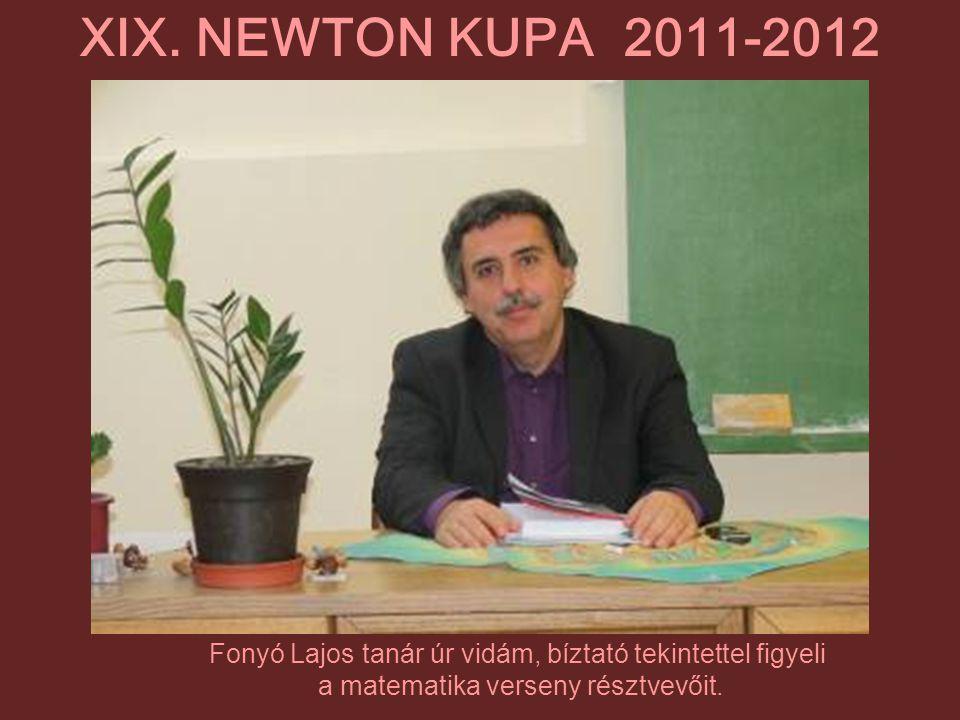 XIX. NEWTON KUPA 2011-2012 Fonyó Lajos tanár úr vidám, bíztató tekintettel figyeli.