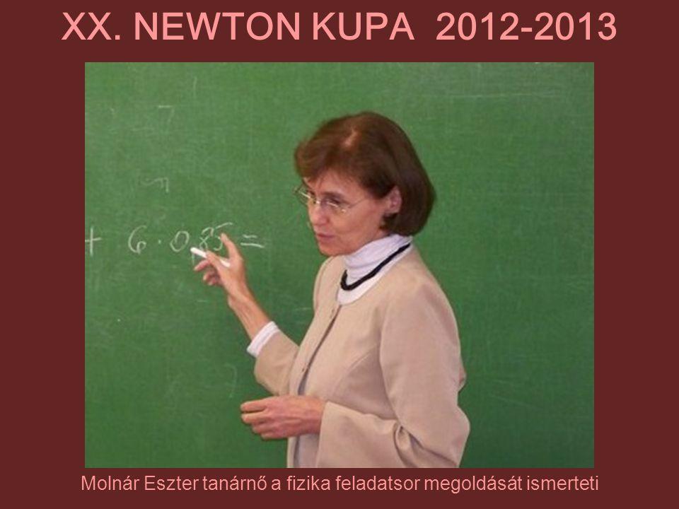 Molnár Eszter tanárnő a fizika feladatsor megoldását ismerteti