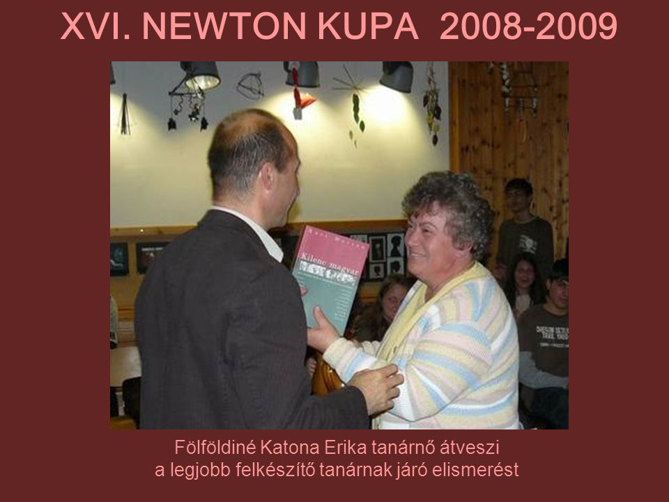 XVI. NEWTON KUPA 2008-2009 Fölföldiné Katona Erika tanárnő átveszi