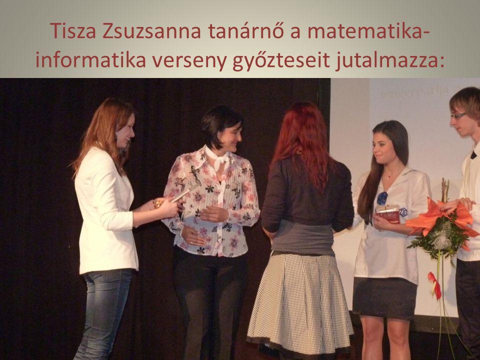 Tisza Zsuzsanna tanárnő a matematika-informatika verseny győzteseit jutalmazza: