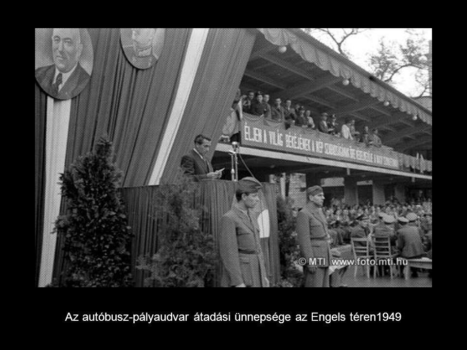 Az autóbusz-pályaudvar átadási ünnepsége az Engels téren1949