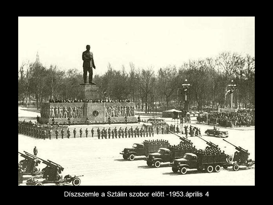 Díszszemle a Sztálin szobor előtt -1953.április 4