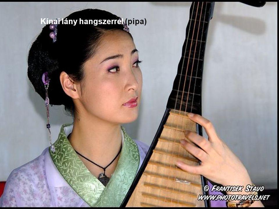 Kínai lány hangszerrel (pipa)