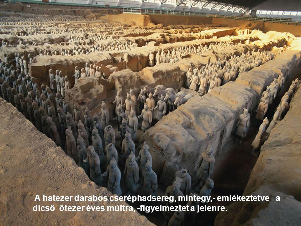 A hatezer darabos cseréphadsereg, mintegy,- emlékeztetve a dicső ötezer éves múltra, -figyelmeztet a jelenre.