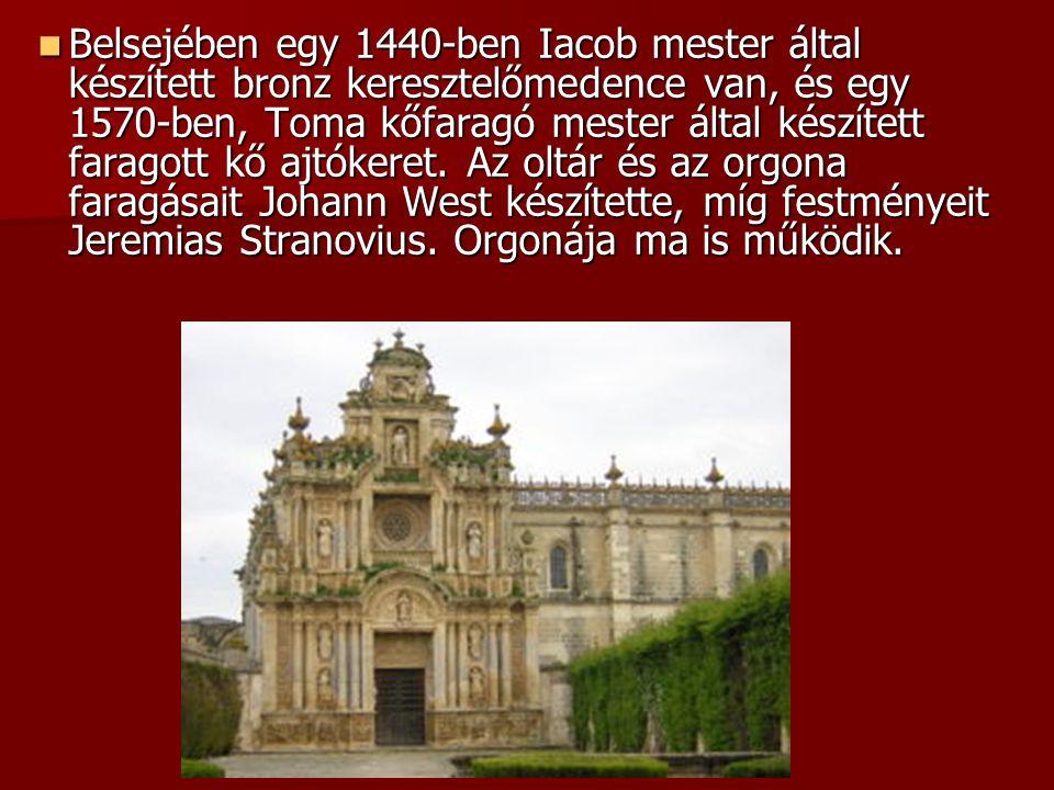 Belsejében egy 1440-ben Iacob mester által készített bronz keresztelőmedence van, és egy 1570-ben, Toma kőfaragó mester által készített faragott kő ajtókeret.