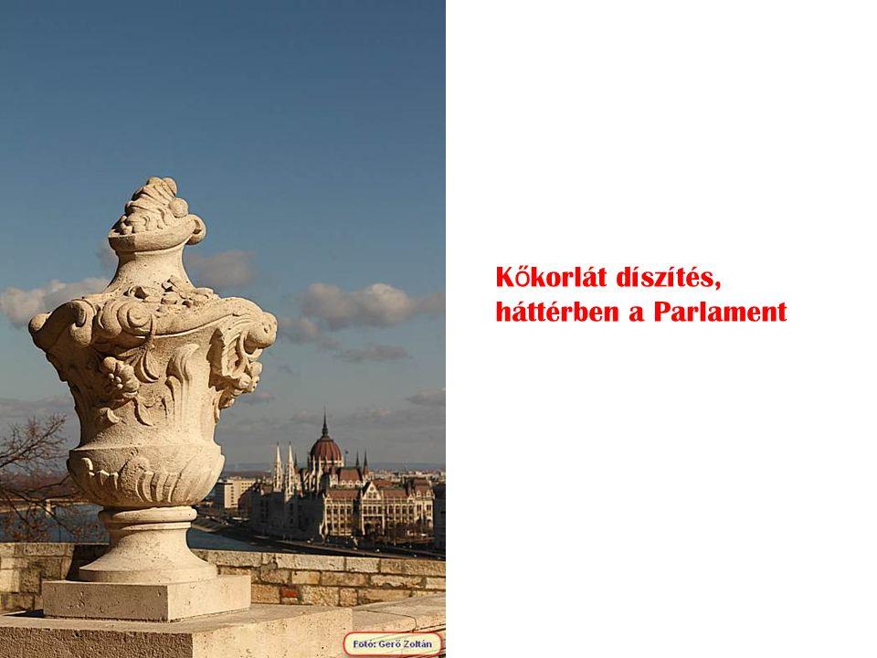 Kőkorlát díszítés, háttérben a Parlament
