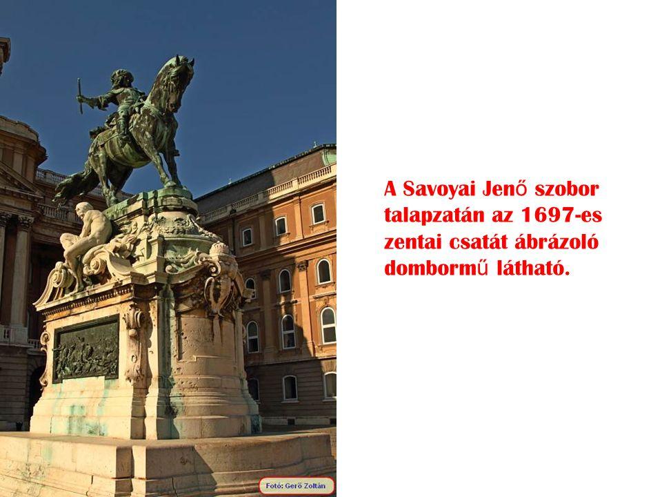 A Savoyai Jenő szobor talapzatán az 1697-es zentai csatát ábrázoló dombormű látható.