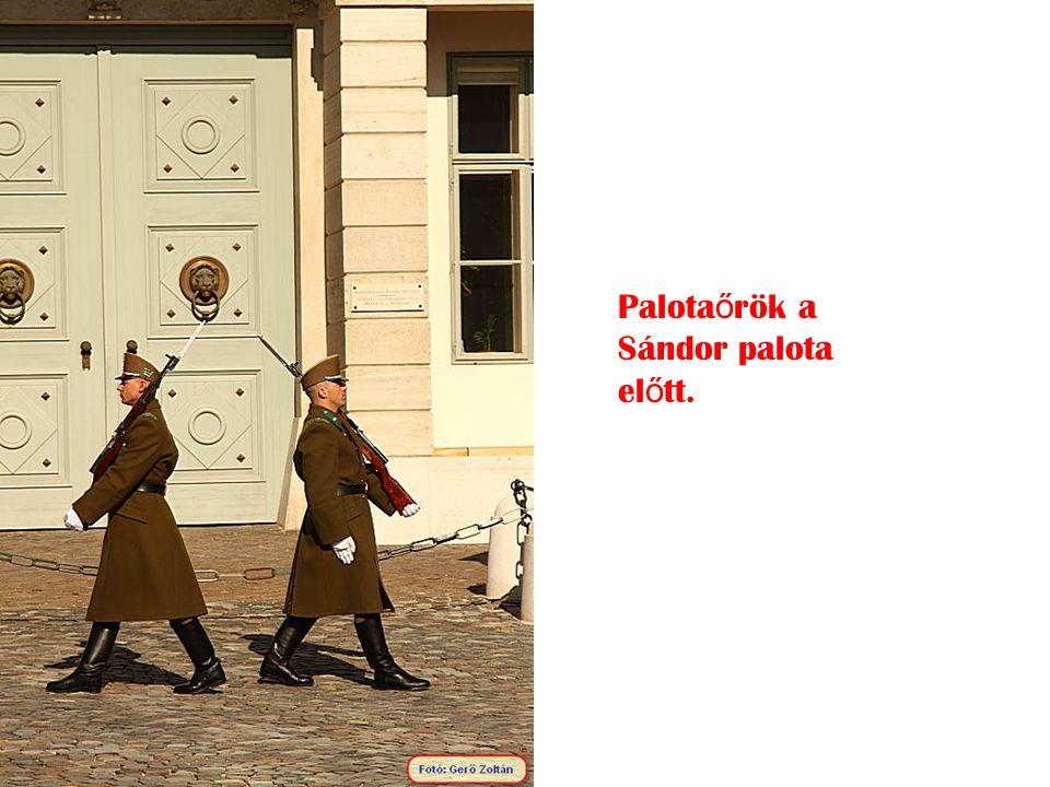 Palotaőrök a Sándor palota előtt.