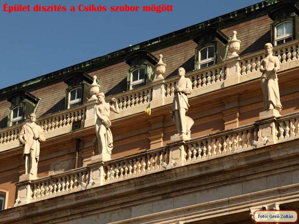 Épület díszítés a Csikós szobor mögött
