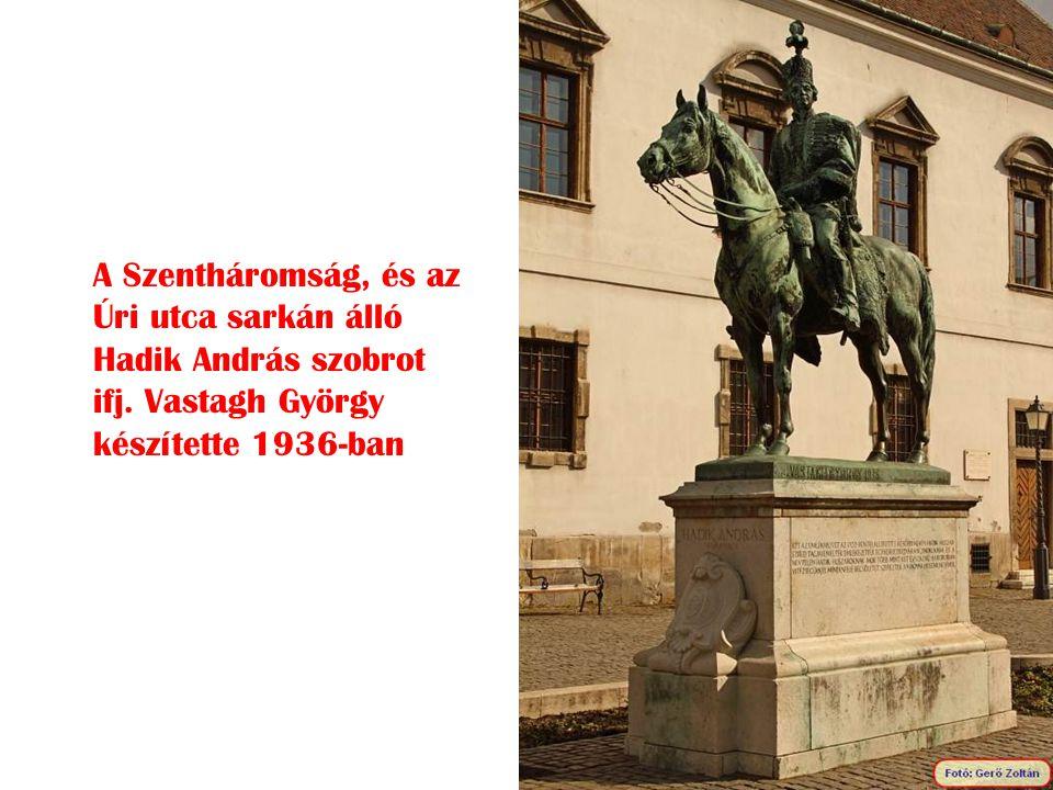 A Szentháromság, és az Úri utca sarkán álló Hadik András szobrot ifj