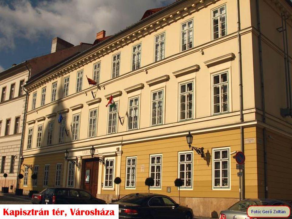 Kapisztrán tér, Városháza