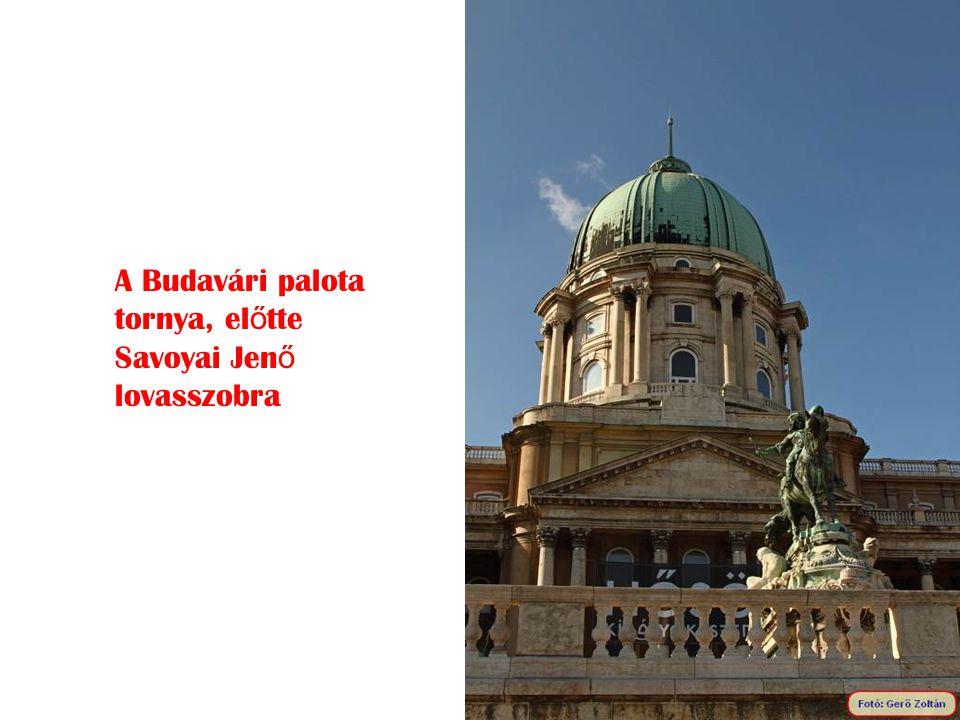 A Budavári palota tornya, előtte Savoyai Jenő lovasszobra