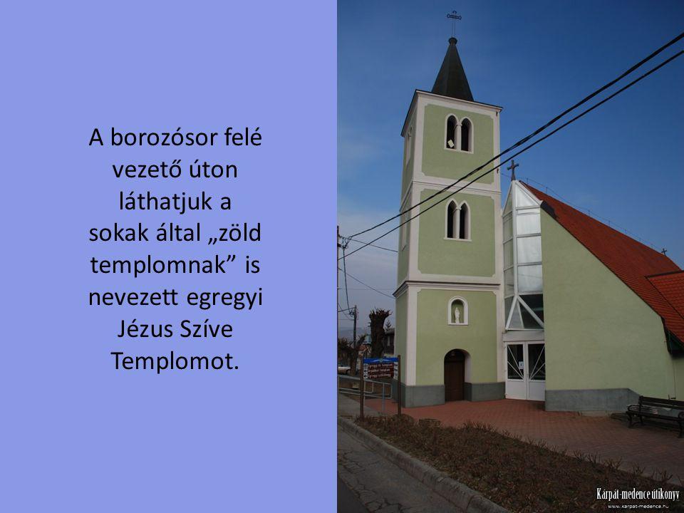 """A borozósor felé vezető úton láthatjuk a sokak által """"zöld templomnak is nevezett egregyi Jézus Szíve Templomot."""