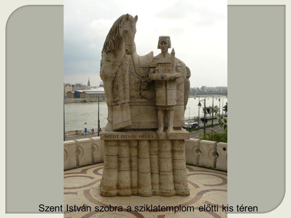 Szent István szobra a sziklatemplom előtti kis téren