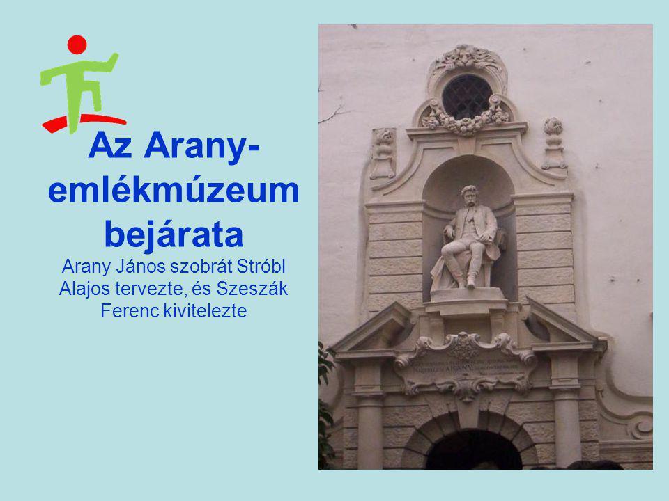 Az Arany-emlékmúzeum bejárata Arany János szobrát Stróbl Alajos tervezte, és Szeszák Ferenc kivitelezte