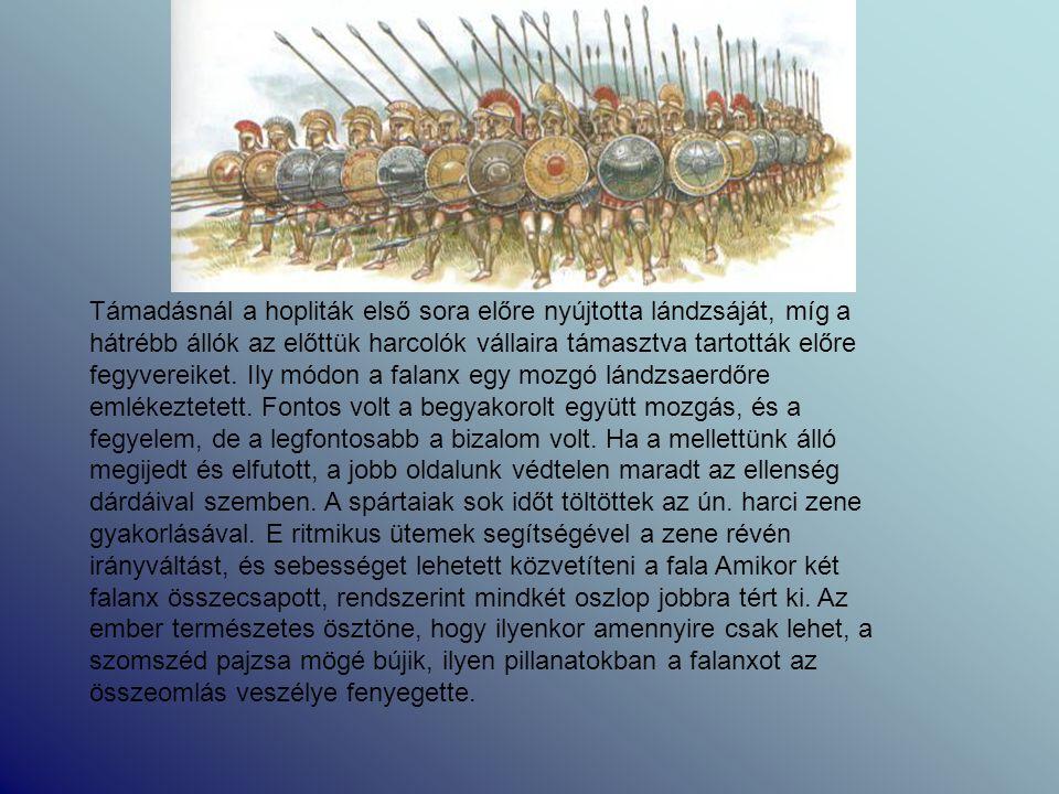 Támadásnál a hopliták első sora előre nyújtotta lándzsáját, míg a hátrébb állók az előttük harcolók vállaira támasztva tartották előre fegyvereiket.