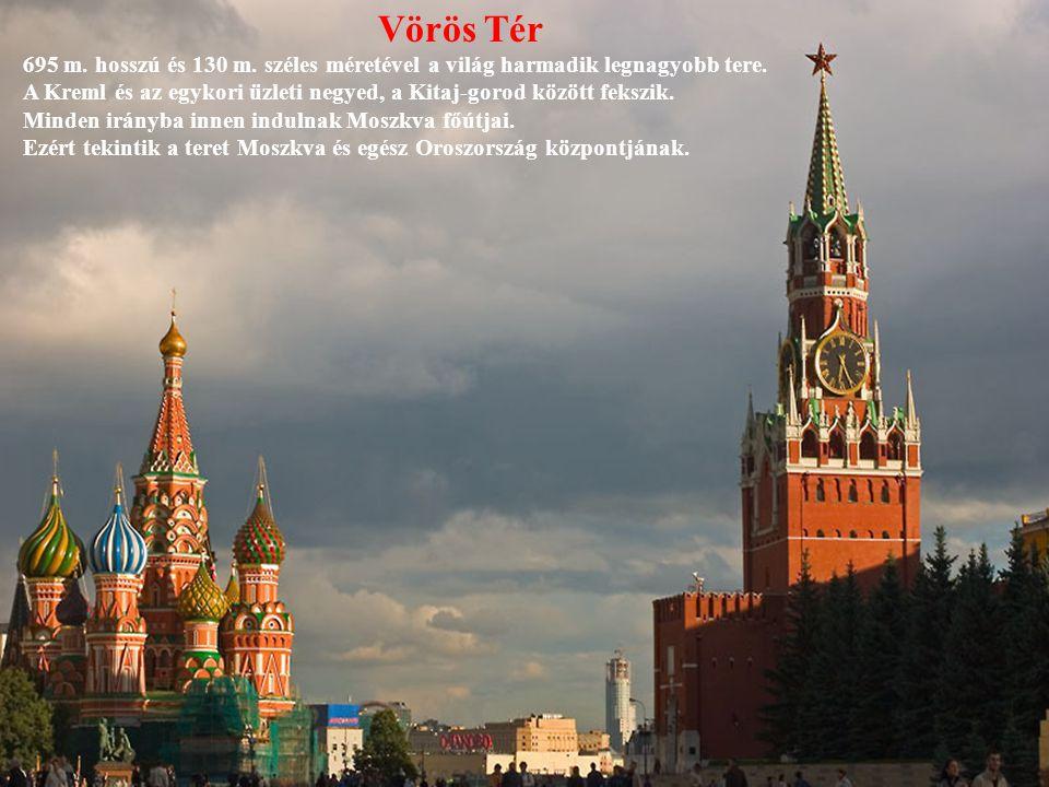 Vörös Tér 695 m. hosszú és 130 m. széles méretével a világ harmadik legnagyobb tere.