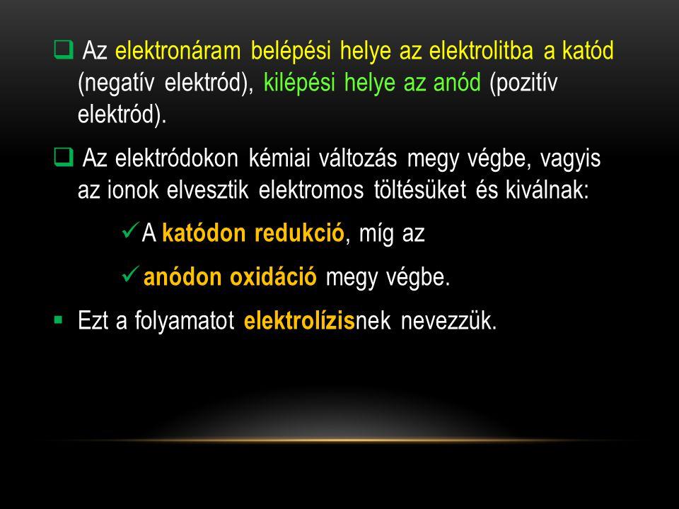 Az elektronáram belépési helye az elektrolitba a katód (negatív elektród), kilépési helye az anód (pozitív elektród).