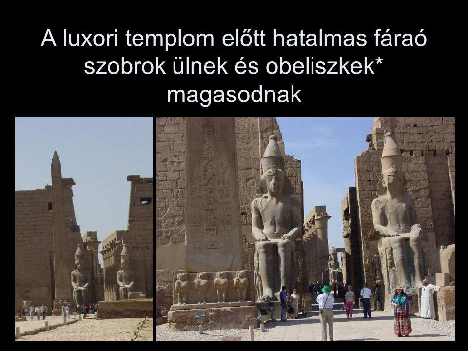 A luxori templom előtt hatalmas fáraó szobrok ülnek és obeliszkek