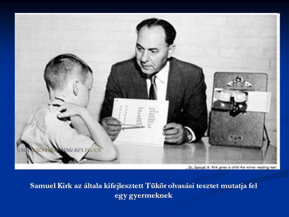 Samuel Kirk az általa kifejlesztett Tükör olvasási tesztet mutatja fel egy gyermeknek