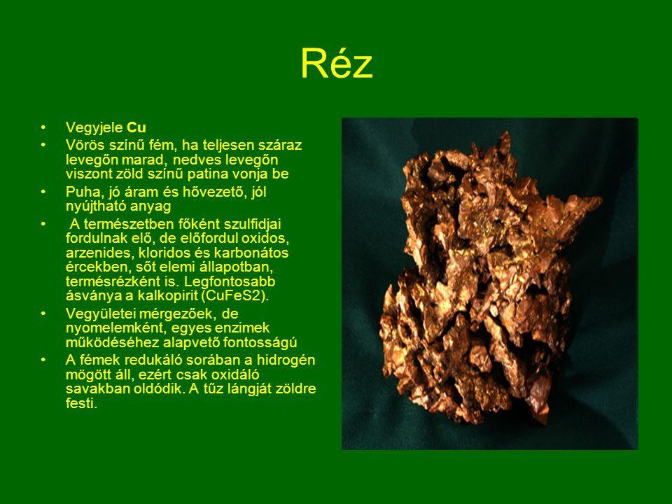 Réz Vegyjele Cu. Vörös színű fém, ha teljesen száraz levegőn marad, nedves levegőn viszont zöld színű patina vonja be.